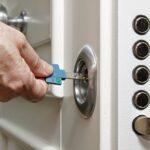 Comment ouvrir une porte fermée à clef?